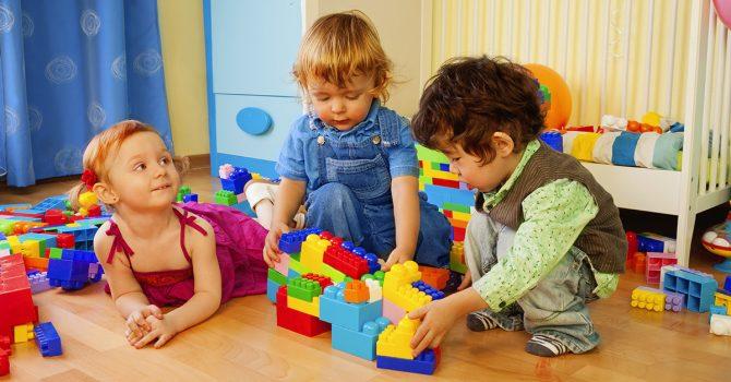 Criança brincando de blocos